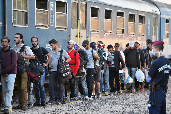 Migranten besteigen einen Sonderzug in Magyarboly, Ungarn, der sie nach Österreich bringen soll. (22. September 2015) Foto: Jeff J Mitchell / Getty Images