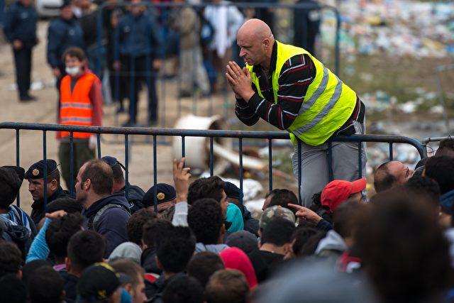 Über 40.000 Migranten überquerten die Grenze zwischen Kroatien und Serbien seit Dienstag letzter Woche Am Donnerstag erklärte die Kroatische Regierung, dass sie mit der ansteigenden Zahl von Migranten nicht fertig wird, und dass Serbien auch Leute über Ungarn und Rumänien weiterschicken sollte. Foto: David Ramos/Getty Images