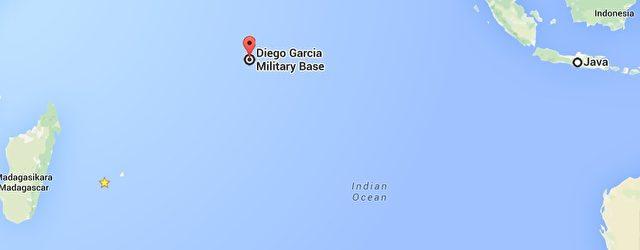 Der Stern Links kennzeichnet die Insel La Réunion, in der Mitte befindet sich das US-Atoll und rechts außen ist die Insel Java.