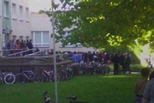 Polizei-Kuscheldecke verharmlost: 100 Asyl-Bewerber stürmen Sozialamt Halle (Video)