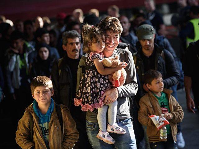 Eine Flüchtlingsfamilie, die zuvor mit dem Zug angereist war, bei der Ankunft am Hauptbahnhof in München. Foto: Nicolas Armer/dpa