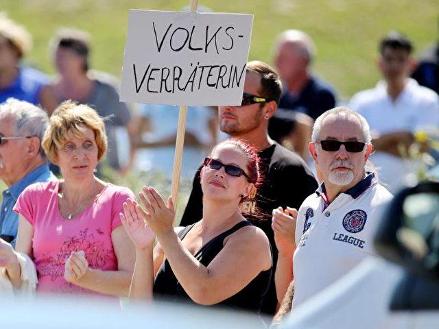 Beim Besuch von Angela Merkel im sächsischen Heidenau skandierten Demonstranten «Volksverräter» - einpolitischer Kampfbegriff aus der NS-Zeit. Foto:Jan Woitas/dpa