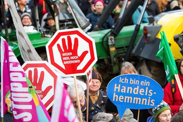Symbolbild: Demo gegen TTIP, CETA und andere Freihandelsabkommen Foto: Carsten Koall/Getty Images