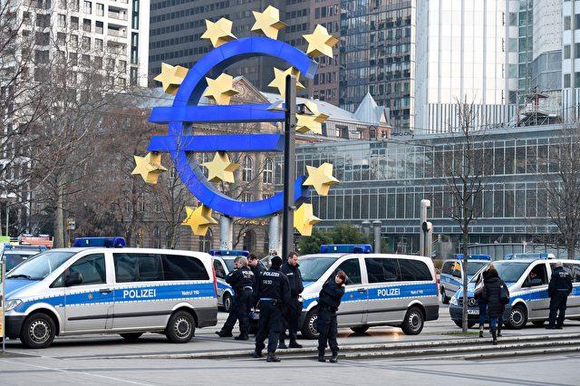 Polizei vor dem Logo der EZB in Frankfurt im März 2015 Foto: ODD ANDERSEN/AFP/Getty Images