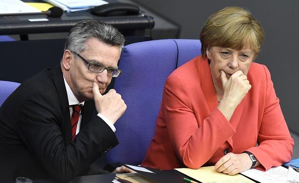 Ratlos in Berlin: Innenminister de Maizière und Angela Merkel steckten gestern aus eigenen Reihen starke Kritik für ihre Flüchtlingspolitik ein. Foto: Tobias SChwarz / AFP / Getty Images