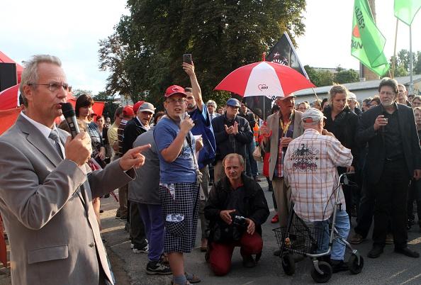 Der Bürgermeister von Nauen auf einer Demo gegen den Brandanschlag auf eine Turnhalle, die als Flüchtlingsunterkunft gedacht war (25. August 2015).
