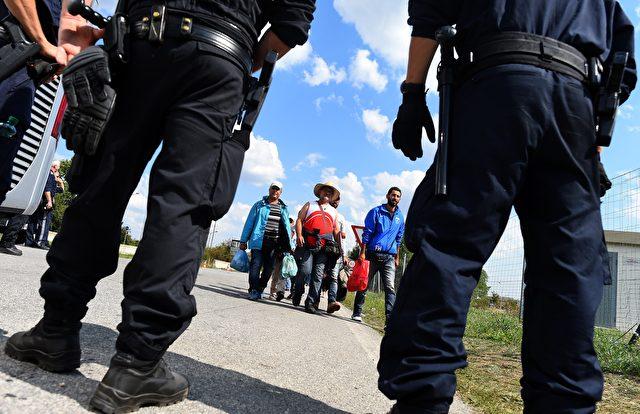Österreichs Polizisten arbeiten seit Wochen durch und öfter dienen ihre Büros  als Notunterkünfte. (Szene vom 10. September 2015 nahe Nickelsdorf). Foto: JOE KLAMAR / AFP / Getty Images