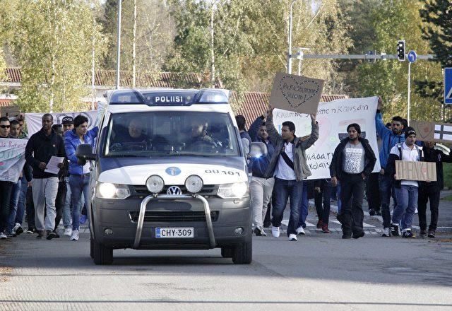 Migranten protestieren, um auf ihre Situation im Notlager von Kastelli in Oulu, Finnland aufmerksam zu machen. Es gibt in Finnland viele Proteste, sowohl pro-als auch gegen die Migration in verschiedenen Städten Foto: MARKKU RUOTTINEN/AFP/Getty Images