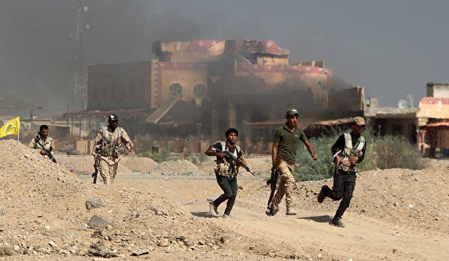 Irakische Kämpfer während eines Militäreinsatzes gegen eine Gruppe des Islamischen Staates ungefähr 200 Kilometer nördlich von Bagdad am 19. Oktober 2015 Foto: AHMAD AL-RUBAYE/AFP/Getty Images