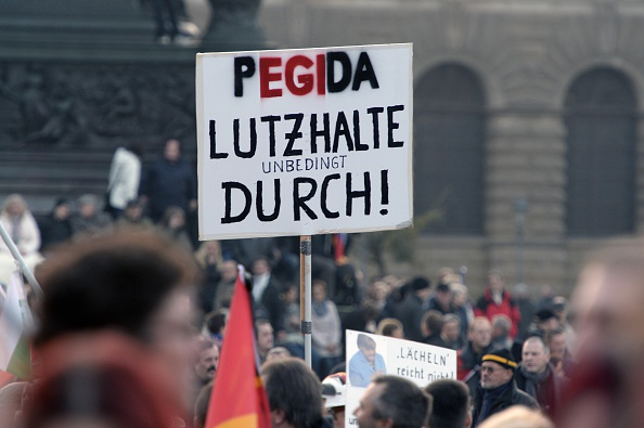 'Patriotische Europäer gegen die Islamisierung des Abendlandes,' PEGIDA  am 19. Oktober in Dresden. Niemand hätte gedacht, dass eine Gruppe mit diesem umständlichen Namen so lange bestehen könnte. Aber wie auf dem Bild zu sehen, wollen sie noch weiter durchhalten.   Foto: ROBERT MICHAEL/AFP/Getty Images