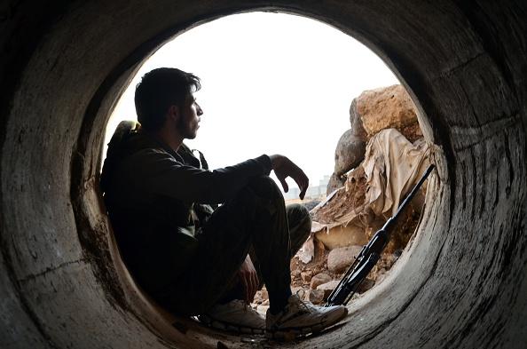 Krieg, so scheint es, kam wie eine Geißel über Syrien, das von einem grausamen Diktator beherrscht wird. Über die Ursachen des Krieges wird man selten durch diejenigen Nachrichtenagenturen ausreichend informiert, die damit Geld verdienen oder dafür von den deutschen Haushalten Geld anvertraut bekommen.   Foto: MAHMOUD TAHA/AFP/Getty Image