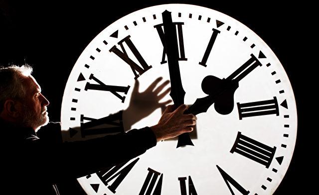 Die Zeitumstellung verursacht zweimal pro Jahr Aufwand und Kosten, Energie spart sie nicht, und für Menschen ist sie schleichend gesundheitsschädlich. Foto: Jeff J Mitchell/Getty Images
