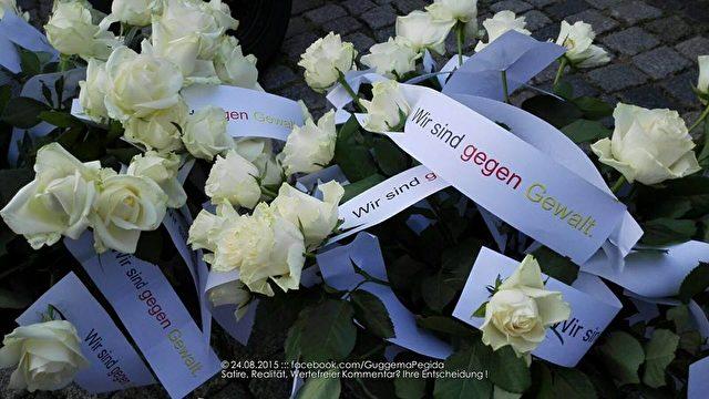 Diese Rosen verteilen Dresdener Pegida-Demonstranten am 24. August an Polizeibeamte.