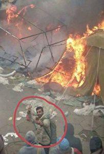 Eine Aufmerksame Facebook-Userin postete das Foto eines Migranten, dem das Feuer zu gefallen scheint, während andere versuchten das Feuer zu löschen