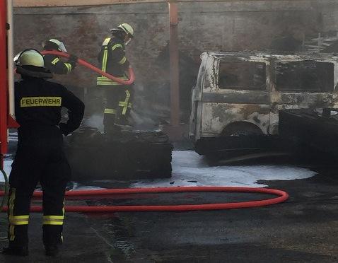 Ein VW-Bus wurde angezündet und setzte einen Gebäudeteil in Brand, der vollständig ausbrannte. Foto: Von Beverfoerde