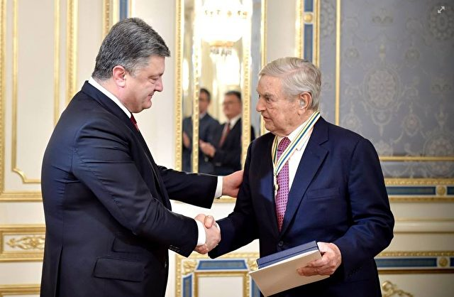 """Der ukrainische Staatschef Petro Poroschenko hat US-Milliardär George Soros mit dem """"Orden der Freiheit"""" ausgezeichnet. Foto: Screenshot Facebook"""