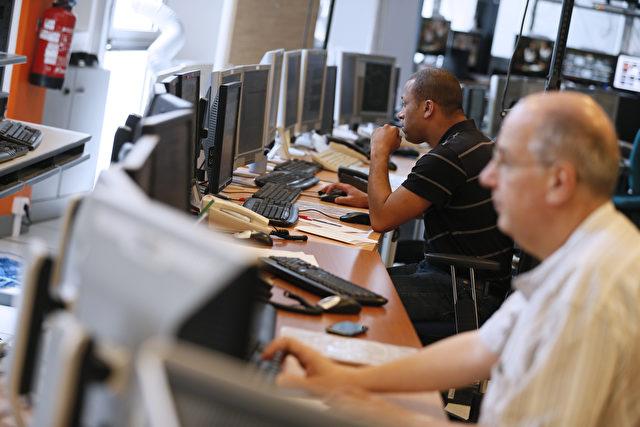 Mitarbeiter arbeiten in einem Überwachungsbüro im Krisenstab des größten europäischen Internet-Providers und dritten Mobilfunkbetreiber France Telecom-Orange am 7. Juli 2012 in Paris. Foto: KENZO TRIBOUILLARD / AFP / Gettyimages lesen