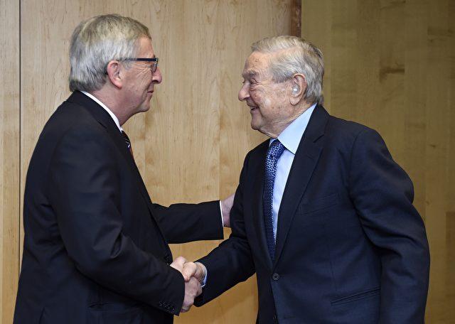EU Präsident Jean-Claude Juncker (l) begrüßt George Soros bei einem Treffen in Brüssel am 20. März 2015. Foto: JOHN THYS/AFP/Getty Images