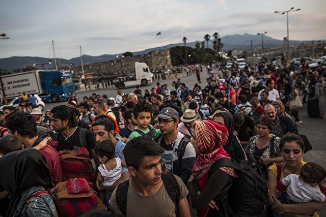 Hunderte von Männern, Frauen und Kindern gehen zusammen mit Touristen und Einheimischen an Bord einer Fähre nach Athen am 4. Juni 2015 in Kos, Griechenland. Foto: Dan Kitwood / Getty Images