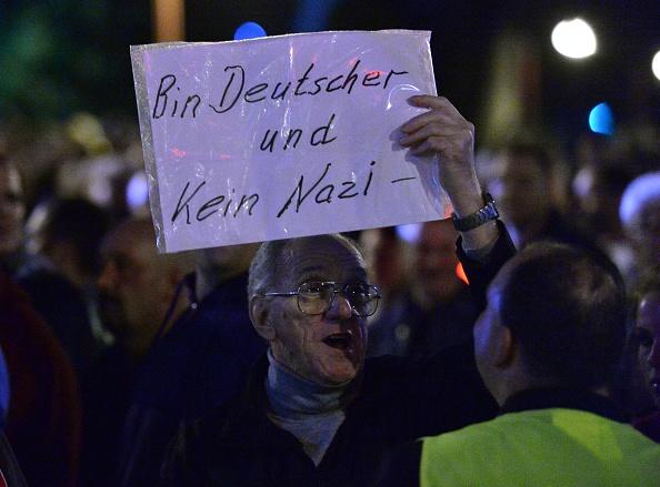 Ein älterer Herr bei einer Demo gegen die Masseneinwanderung Foto: Getty Images