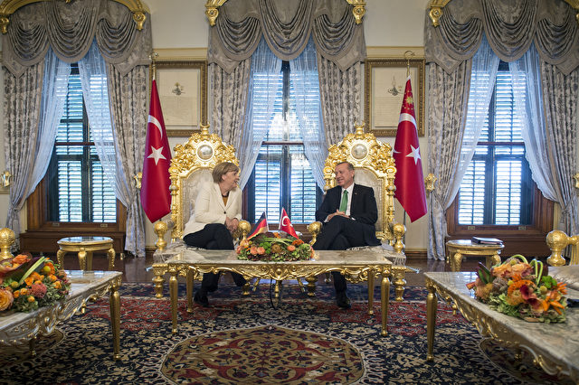 Am 18. Oktober 2015 besuchte Bundeskanzlerin Merkel den türkischen Präsidenten Erdogan im Yildiz-Palast in Istanbul/Türkei. Foto: Guido Bergmann/Bundesregierung via Getty Images