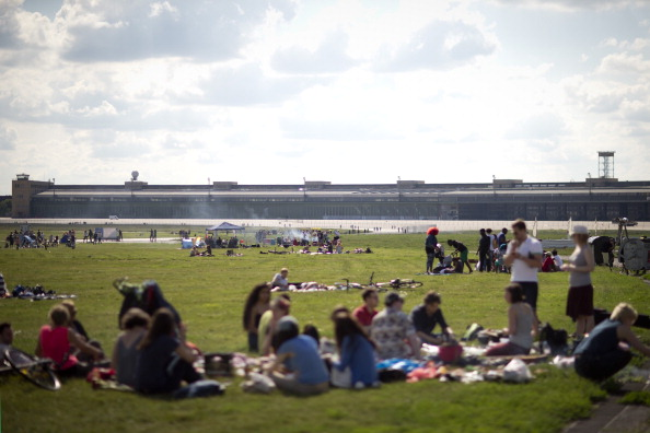 Das Tempelhofer Feld war ein beliebter Freizeitpark. Gerade verwandelt er sich in ein riesiges Migrantencamp. Foto: Axel Schmidt/Getty Images