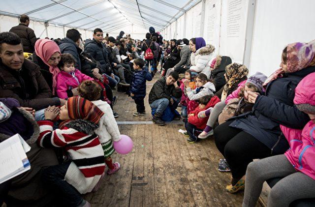 Migranten warten vor Berliner LaGeSo. Foto: über dts Nachrichtenagentur