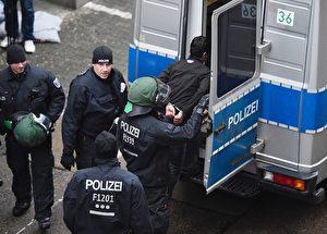 Bei der Massenschlägerei in den Tempelhof-Hangars am Wochenende wurden 23 Personen festgenommen