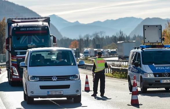 Polizist auf der deutsch-österreichischen Grenze Foto: GUENTER SCHIFFMANN/Getty Images