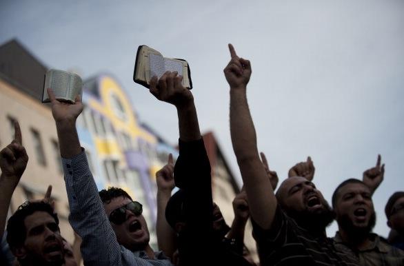 """Salafisten werben um Flüchtlinge für """"Heiligen Krieg"""" – """"Komm zu uns. Ich zeige Dir das Paradies"""""""