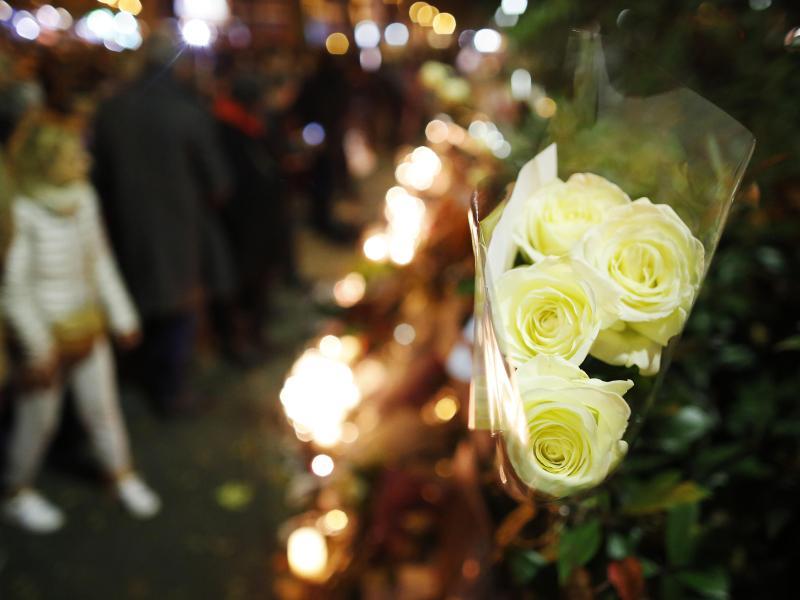 Bataclan wiedereröffnet: Sting gedenkt mit Schweigeminute der Anschlagsopfer von Paris