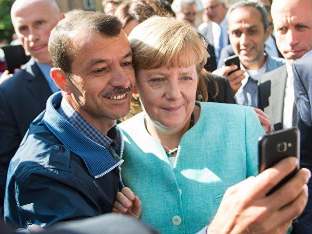 Selfie mit Angela Merkel in einer Erstaufnahmeeinrichtung für Asylbewerber:Unter Flüchtlingen dürfte die Kanzlerin derzeit populärer sein als bei ihren Parteimitgliedern. Foto: Bernd von Jutrczenka/dpa