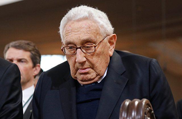 Henry Kissinger beim Begrägnis von Helmut Schmidt am 23. November im Hamburger Michel. Foto: Focke Strangmann-Pool/Getty Images