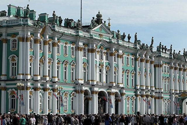 Die Petersburger Ermitage. Erbaut 1764 von Katharina der Großen. Sie enthält etwa 3 Millionen Objekte, darunter die größte Anzahl von Gemälden weltweit.