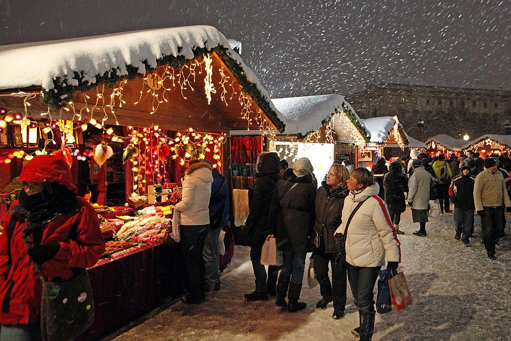 im dezember 2010 lag der weihnachtsmarkt in wien unter schnee und bot einen typischen anblick. Black Bedroom Furniture Sets. Home Design Ideas