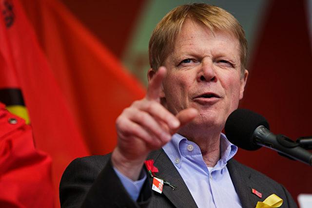 Reiner Hoffmann, Vorsitzender des Deutschen Gewerkschaftsbundes (DGB), spricht auf einer Kundgebung am 1. Mai 2015 in Berlin, Deutschland. Foto: Carsten Koall / Getty Images