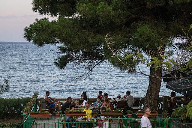 In einem Café in Jalta auf der Krim. Frieden statt Bürgerkrieg.