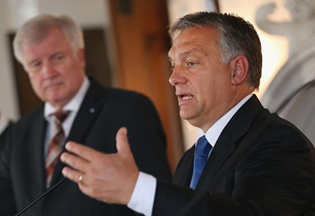 Horst Seehofer (L), Chef der Bayerischen CSU und Viktor Orban, Ministerpräsident von Ungarn, sprechen zu den Medien. Foto: Sean Gallup / Getty Images
