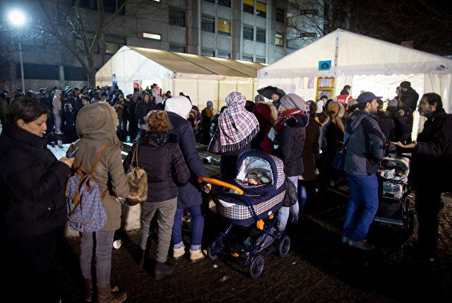 Asylbewerber vor dem Berliner Lageso am 21.12.2015. Foto: KAY NIETFELD/AFP/Getty Images