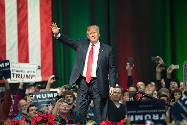 Der Republikanische Präsidentschaftskandidat Donald Trump begrüßt die Gäste bei einer Wahlkampfveranstaltung am 21. Dezember 2015 in Grand Rapids, Michigan. Foto: Scott Olson / Getty Images