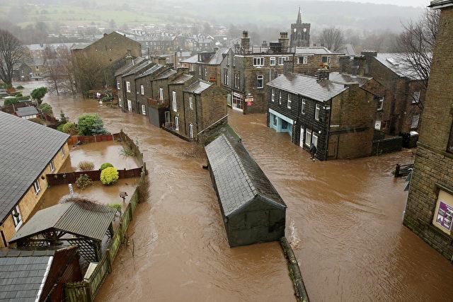 Der Fluss Calder sorgt für Hochwasser in Mytholmroyd, England. England hat derzeit in vielen Städten seit Tagen extremes Hochwasser, auch die Armee ist im Einsatz. Foto: Christopher Furlong/Getty Images