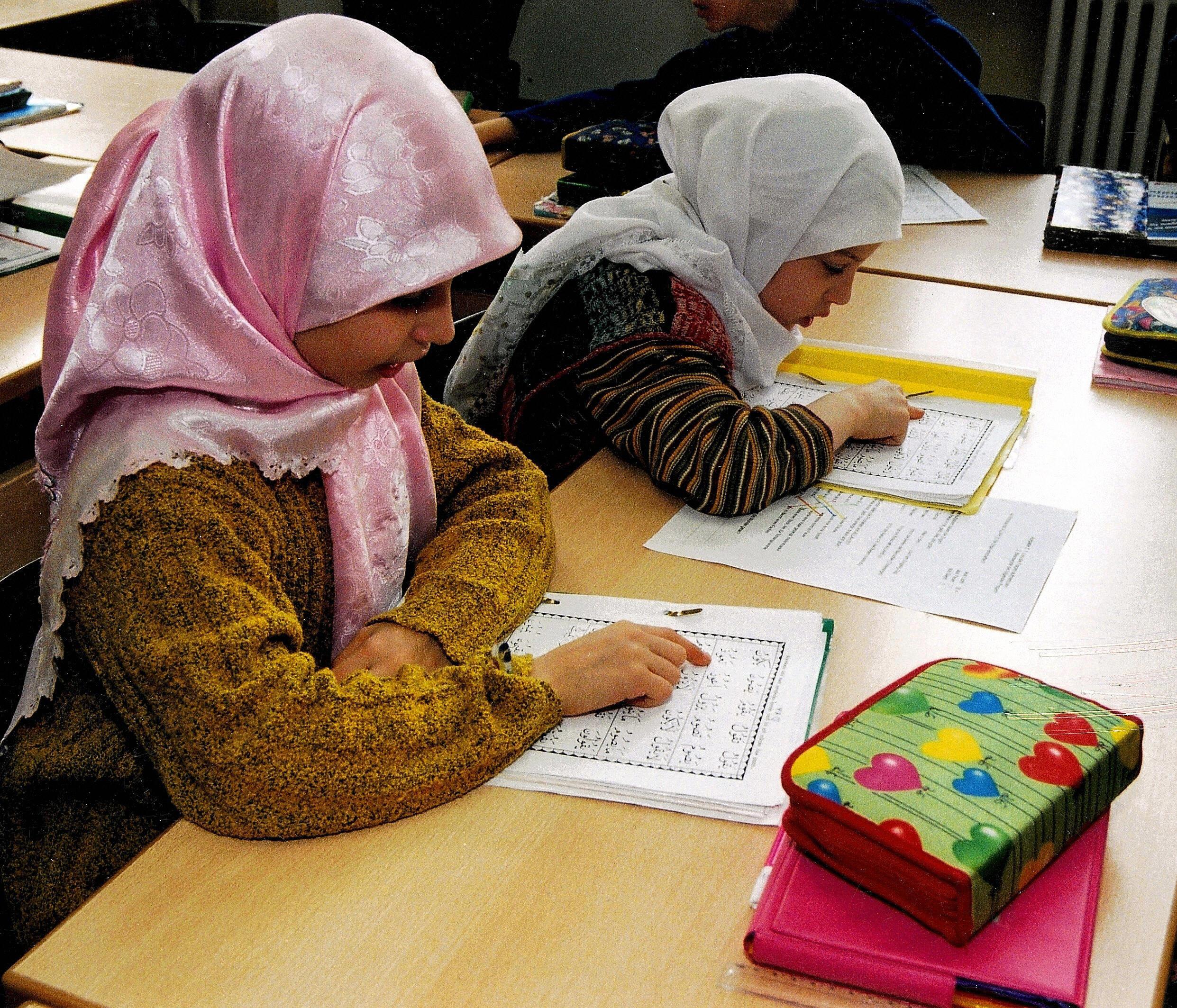 """""""Illiberal und repressiv"""": Kopftuch-Zwang in britischen Islamschulen – schon für 4-Jährige"""
