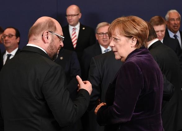 Präsident des Europäischen Parlamentes Martin Schulz (L) und Bundeskanzlerin Angela Merkel beim EU-Gipfel in Brüssel, 17 Dezember 2015. Foto: JOHN THYS/AFP/Getty Images
