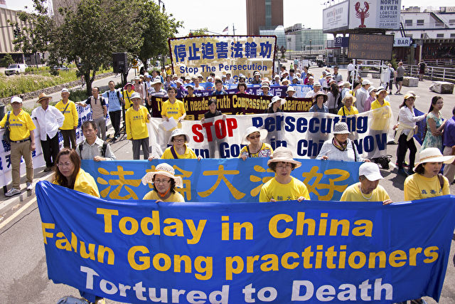 Demonstration gegen die Verfolgung von Falun Gong in China  Foto: Epoch Times International