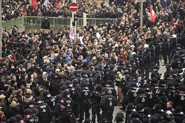 Who is who? Und wer will was? Brenzlige Situation in Hannover am 15.November  2014. Zwischen Antifa und Hooligans wenig Raum für die Polizei. Foto: ODD ANDERSEN/AFP/Getty Images
