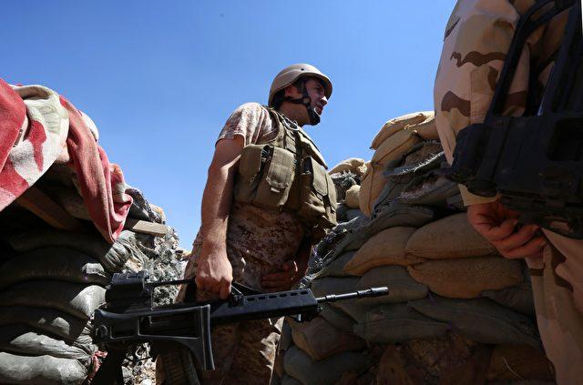 Ein irakisch-kurdischer Peshmerga-Kämpfer im Westen der Stadt Mossul mit einem G36 Sturmgewehr der Bundeswehr. Foto: SAFIN HAMED / AFP / Getty Images