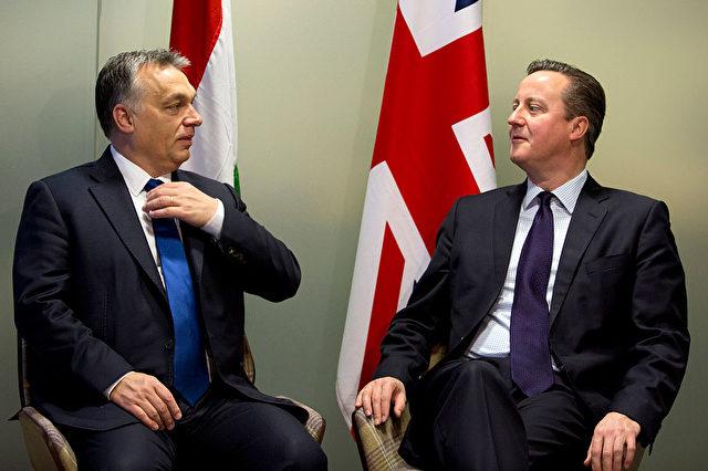 Der britische Premierminister David Cameron (R) spricht mit dem ungarischen Ministerpräsidenten Viktor Orban bei einem Treffen am Rande eines EU-Gipfel in Brüssel am 18. Dezember 2015. Foto: VIRGINIA MAYO / Gety Images