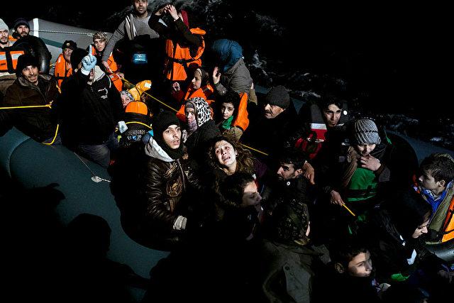 So leid einem jeder einzelne Mensch auf den Flüchtlingsbooten tut, sie sind Opfer einer mitleidlosen Politik mehrerer Staaten, die Europa mit dieser Massenmigration auch zu einem Opfer machen werden.    Foto: ANGELOS TZORTZINIS/AFP/Getty Images