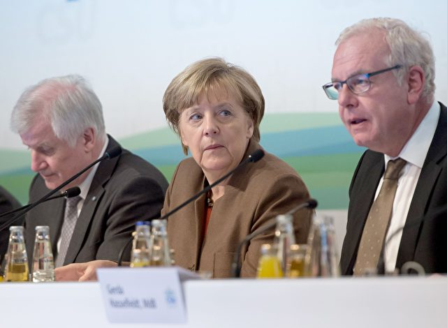(LR) CSU stellvertretender Vorsitzender Karl Freller, CSU-Vorsitzender Horst Seehofer und Bundeskanzlerin Angela Merkel auf der Wintertagung der Christlich-Sozialen Union (CSU) Landtagsfraktion am 20. Januar 2016 in Wildbad Kreuth. Foto: PETER Kneffel / AFP / Getty Images
