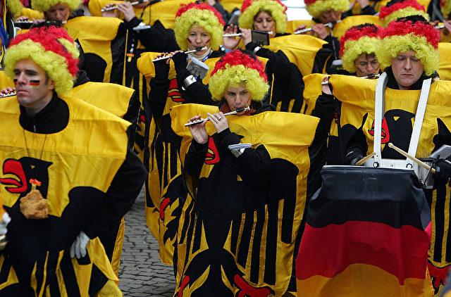 Konnte sich jemand am 19. Februar 2015 beim Rosenmontagszug in Köln vorstellen, wohin dieses Land noch im selben Jahr manövriert werden würde?  Foto: Johannes Simon/Getty Images